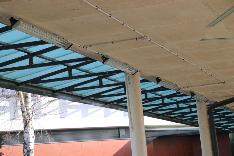 Installation de luminaire LED sous le préau d'un collège